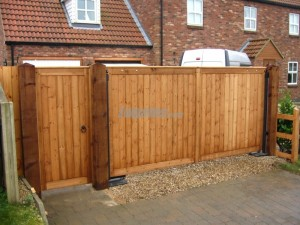 Flat top pair of gates with matching side gate